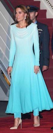 Na segunda-feira, quando chegaram em Islamabad, a duquesa vestia um shalwar kameez turquesa, um traje tradicional, com assinatura da designer Catherine Kameez.
