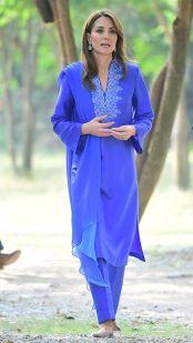 Na terça-feira, o casal visitou uma escola para meninas em Islamabad e, na ocasião, Kate usou mais um traje tradicional, mas da designer local Maheen Khan.