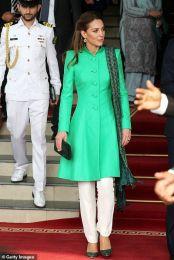 No encontro que o casal teve com o primeiro-ministro do país, Imran Khan, a duquesa usou um casaco em tom verde da designer Maheen Khan.
