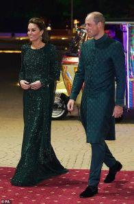 Kate Middleton brilhou usando um vestido longo verde com detalhes em cristais em nova aparição oficial com príncipe William. A peça, da estilista Jenny Packham, trazia uma echarpe de franjas em uma das laterais. O príncipe usou um traje tradicional paquistanês.