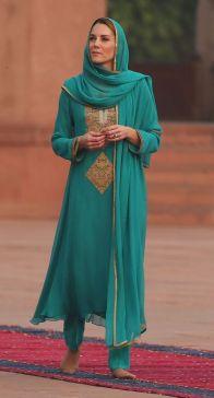 Para conhecer a Mesquita de Badshahi, a Duquesa de Cambridge usou mais uma vez um shalwar kameez também criação da designer local Maheen Khan.