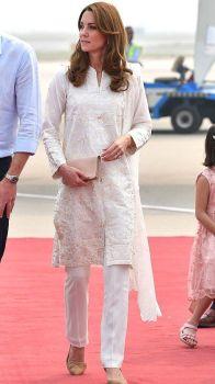 Para visitar a SOS Children's Village, Kate usou um shalwar kameez na cor creme.