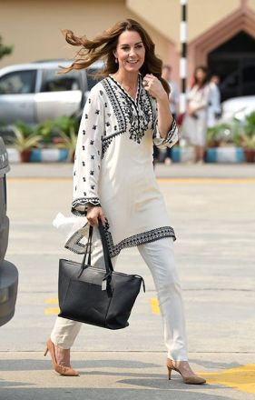 Na despedida da viagem ao Paquistão, Kate usou uma camisa longa bordada da marca local Elan.
