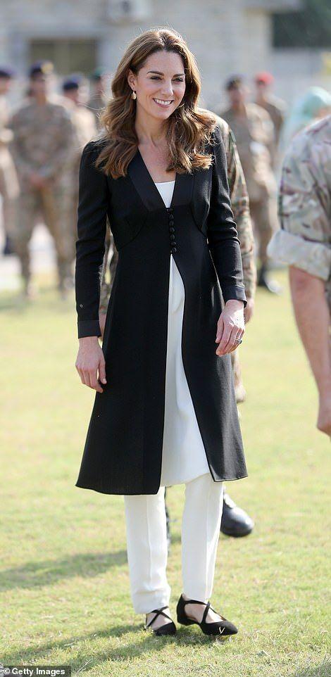 Para conhecer o canil do exército, em Islamabad, Kate mais uma vez fez uso do shalwar kameez, acompanhado de um blazer preto da Beulah London.